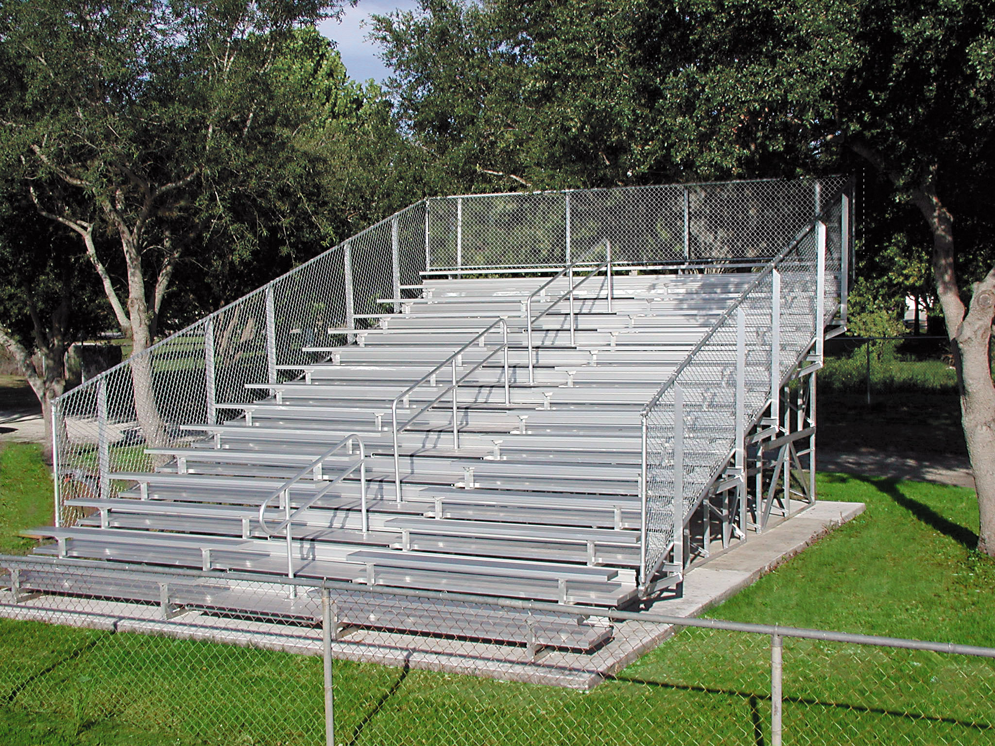 15 Row Portable Bleachers Series w/ Chainlink Guardrails & Aisle, Double Footboards and Aluminum Frame